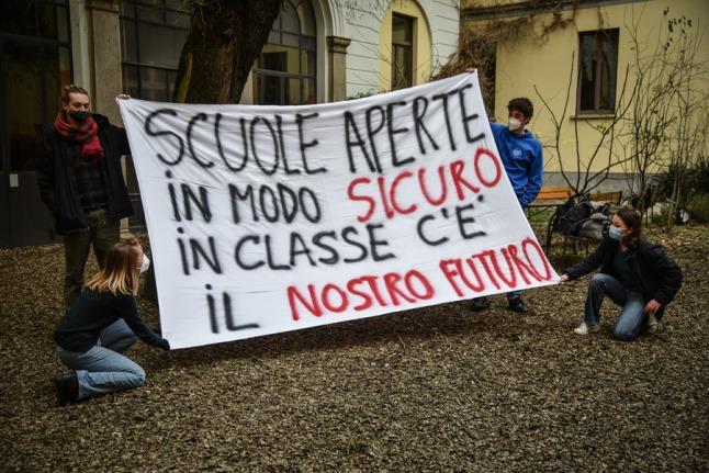 Studenti del liceo Tito Livio occupano il cortile della scuola in protesta contro la dad didattica a distanza